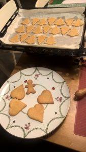 Piatto natalizio con biscotti fatti in casa