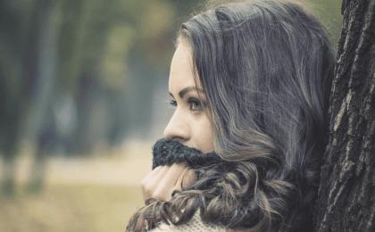 Femme qui se demande comment rester positif quand rien ne va