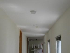 Detector de humos en cada pasillo y habitación en Serena Care Rosarito