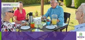 Los residentes de casa harmony gozando de un desayuno en el jardín