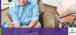 adulto mayor compartiendo a un compañero los beneficos de ser tarjetahabiente de SerenaCard