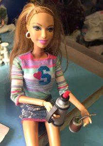 La muñeca esta sosteniendo sola el termo, solo lo enganché en su mano, cosa que había que prever en el tamaño de la correa.