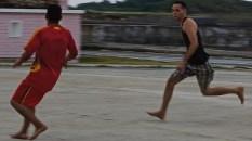 Foot en fin de journée au bout de la jetée, Baracoa 2012