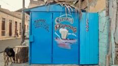 Vente de bière et déco fait main dans le quartier Tivoli de Santiago de Cuba