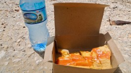 Tamal con kechup à Playas del Este, juillet 2017. Et l'eau fraîche qui va bien avec !
