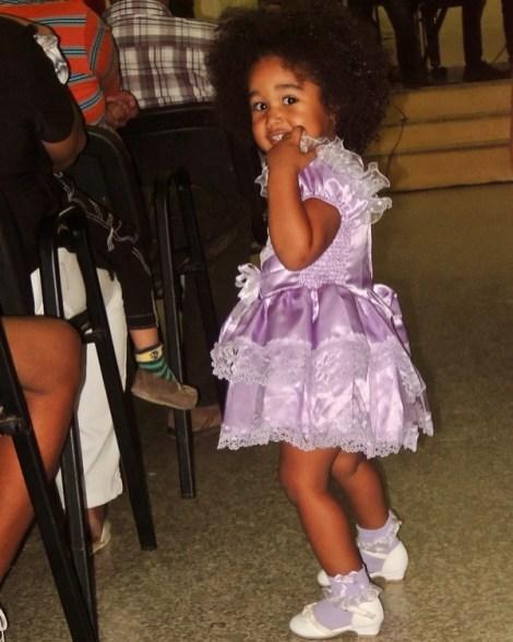Petite fille en robe de fête pendant le concert gratuit au museo.