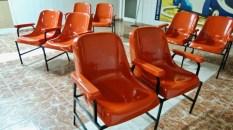 Santiago de Cuba, terminal des bus Viazul 2012. Depuis, le toit s'est envolé et le terminal a été relocalisé à la gare de chemins de fer. Mais ces magnifiques chaises orange sont lost in translation…