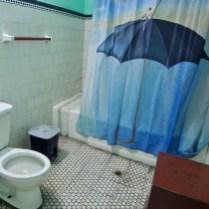 RIdeau de douche bien cubain (ici dans un appart privé qui met ses toilettes à la disposition du resto voisin).