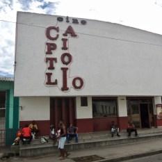 Triste comme un néon éteint : la façade du ciné Capitolio de Santiago de Cuba.