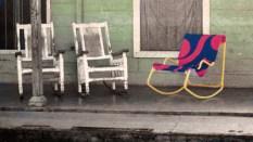 El balance, pièce de première importance dans un foyer cubain. Celui de droite est fait de tubes métalliques et toile et il se monte avec seulement 6 vis.