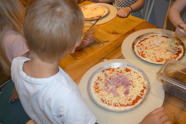 num noms event - pizza making