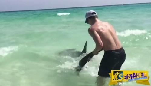 2 ΠΡΑΓΜΑΤΙΚΟΙ ΗΡΩΕΣ! Βγάλανε στην στεριά έναν Σφυροκέφαλο καρχαρία για τον πιο ΑΠΙΣΤΕΥΤΟ λόγο!