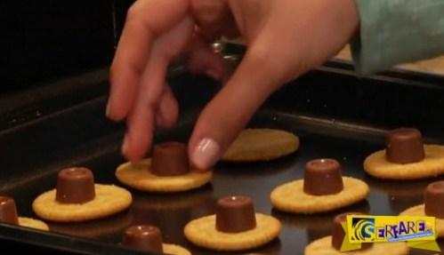 Βάζει κομματάκια σοκολάτας πάνω στα κρακεράκια, περιμένετε όμως να τα δείτε μόλις βγουν από τον φούρνο!