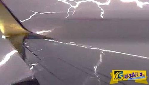 Αεροσκάφος περνά μέσα από ηλεκτρική καταιγίδα!