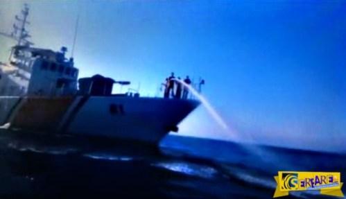 Βίντεο-σοκ: Τουρκική ακταιωρός «πυροβολεί» με νερό μετανάστες για να τους απωθήσει προς την Ελλάδα!