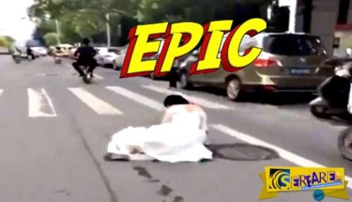 Πολύ γέλιο: Του έπεσε η νύφη στη μέση του δρόμου και συνέχισε ακάθεκτος …
