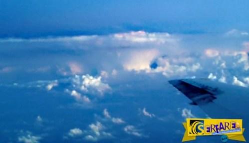 Δείτε αμέτρητους κεραυνούς να «χορεύουν» δίπλα σε αεροσκάφος!