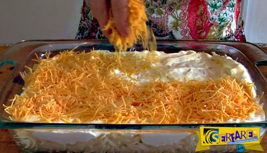 Τρίβει τυρί πάνω από πατάτες και τα βάζει στο φούρνο! Το αποτέλεσμα, εκπληκτικό!