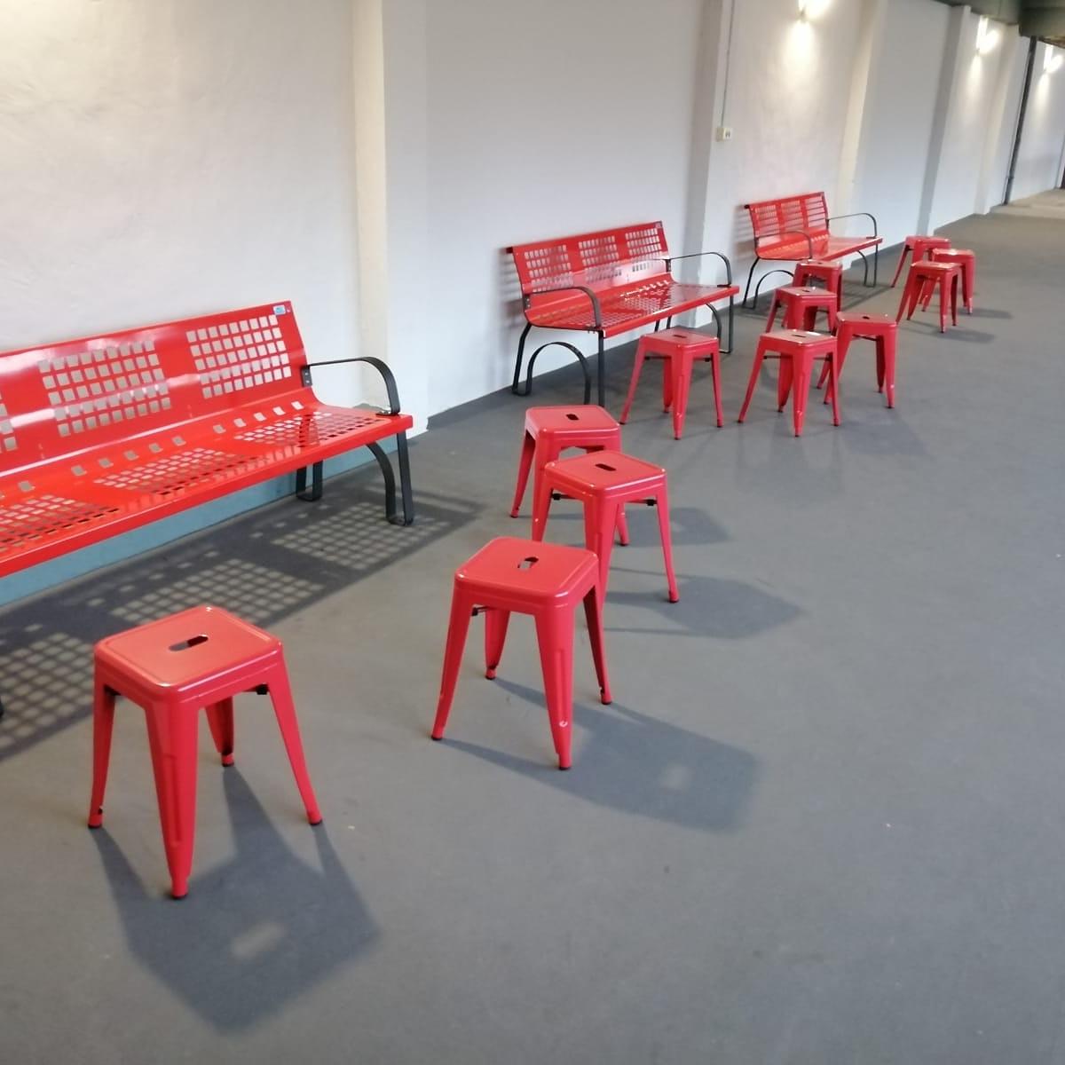 conjunto de bancos metalicos sergin color rojo instalados en zona comun