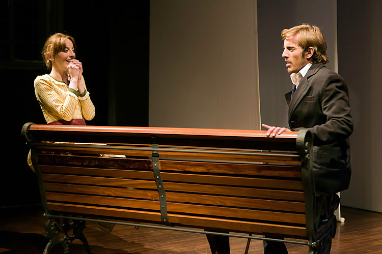 banco de madera con actores