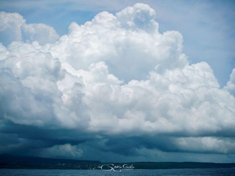 Inmensa nube sobre la isla de Eua en Tonga
