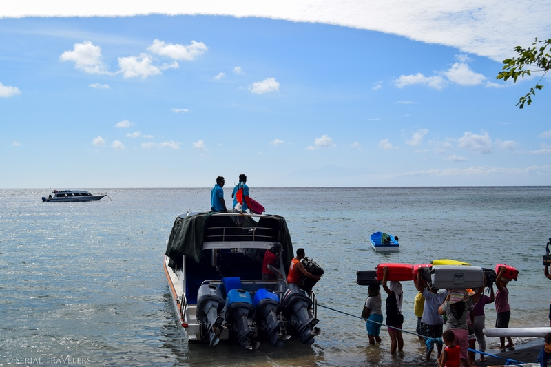 serial-travelers-bali-amed-speed-boat-chargement