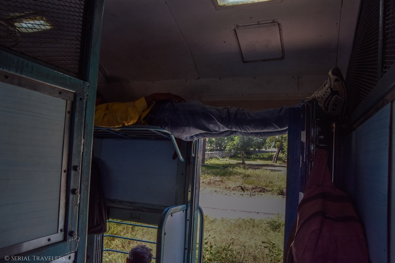 serial-travelers-india-trajet-agra-jaipur-train-second-class-condition-confort