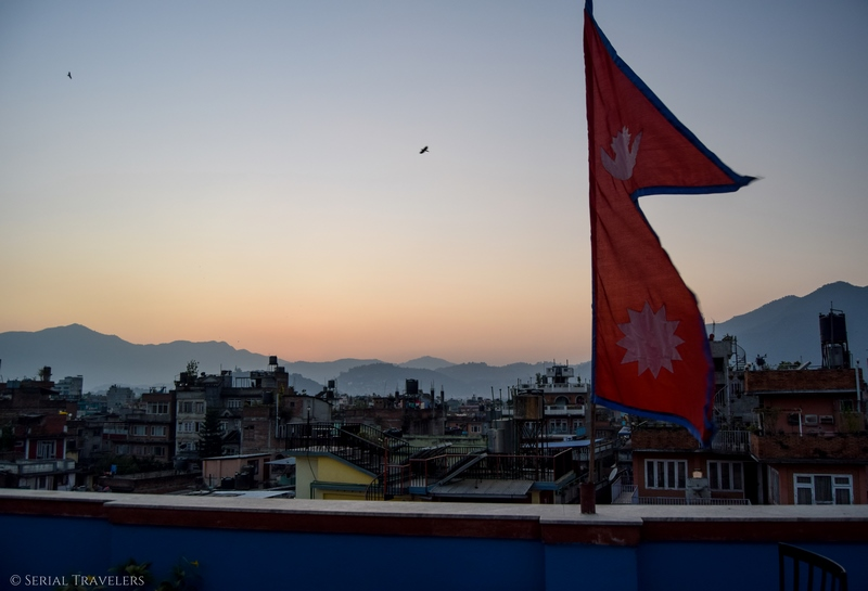 serial-travelers-nepal-katmandou-rooftop-the-famous-house-hostel-view-vue-3