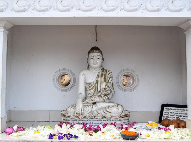 serial-travelers-sri-lanka-anuradhapura-temple-buddha