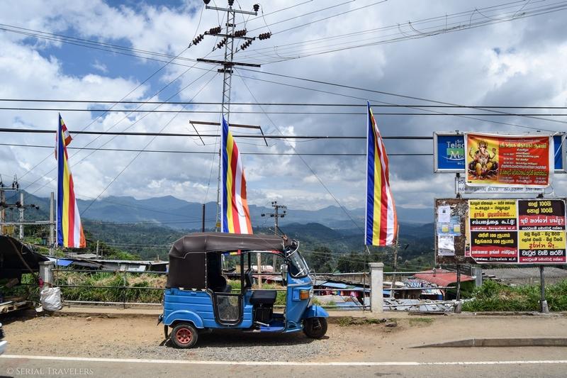 serial-travelers-sri-lanka-trajet-bus-local-ella-negombo-tuktuk-bouddhist-flag