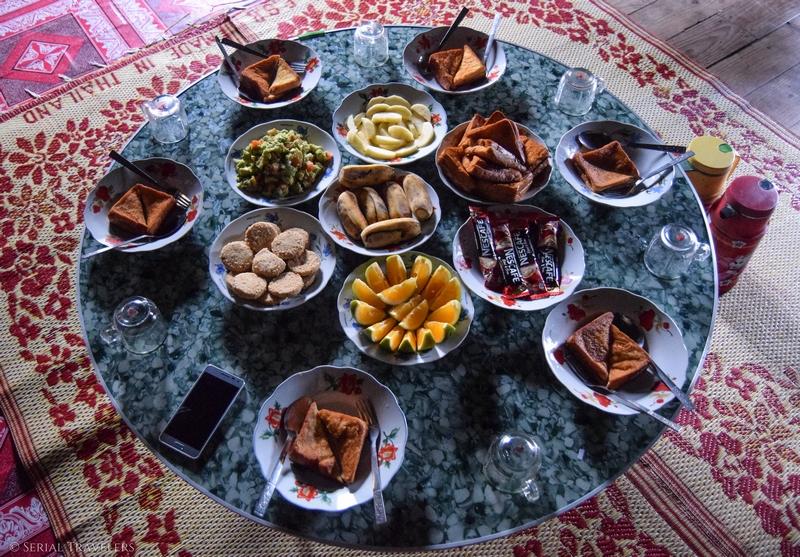 serial-travelers-myanmar-trek-kalaw-inle-sam-family-habitant-petit-dejeuner-food-breakfast