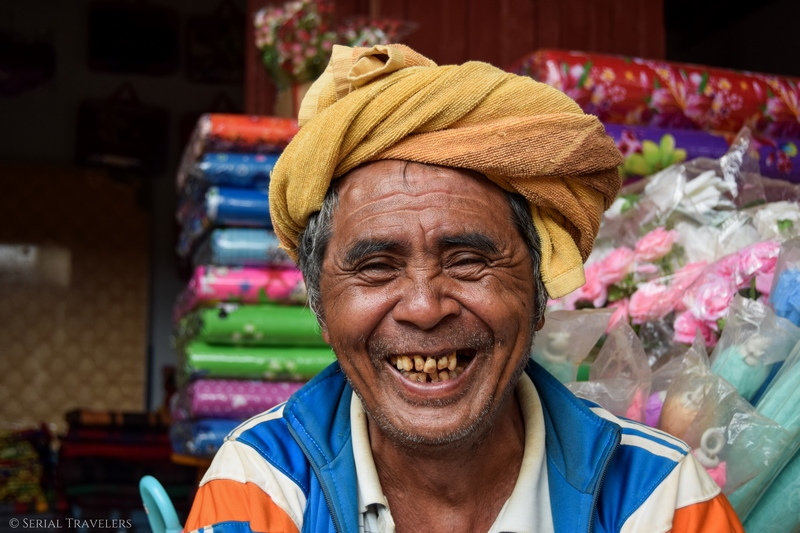 serial-travelers-myanmar-trek-kalaw-inle-sam-family-homme-birman-portrait-sourire-smile
