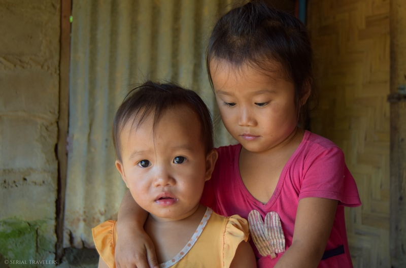 serial-travelers-laos-nong-khiaw-children-portrait-enfant-village-sopkeng-famille-2
