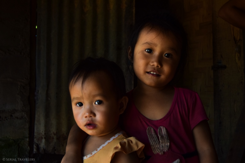 serial-travelers-laos-nong-khiaw-children-portrait-enfant-village-sopkeng-fille-2