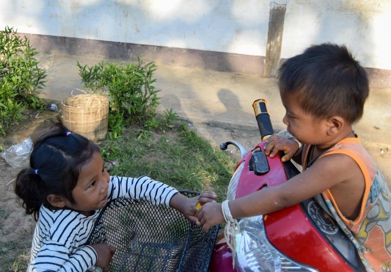 serial-travelers-laos-nong-khiaw-sopkeng-sop-keng-joueur-bebe-garcon-scooter-fille