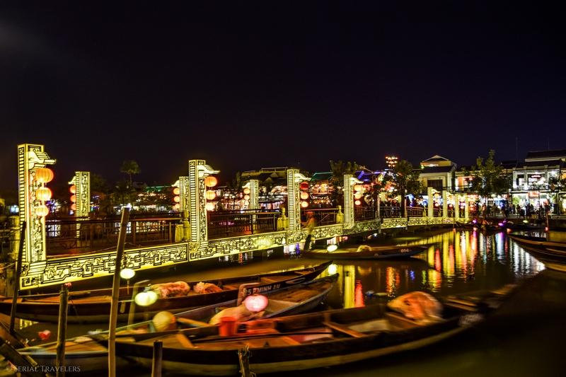 serial-travelers-vietnam-hoi-an-nuit-vieille-ville-couleur-lumiere-pont-jaune
