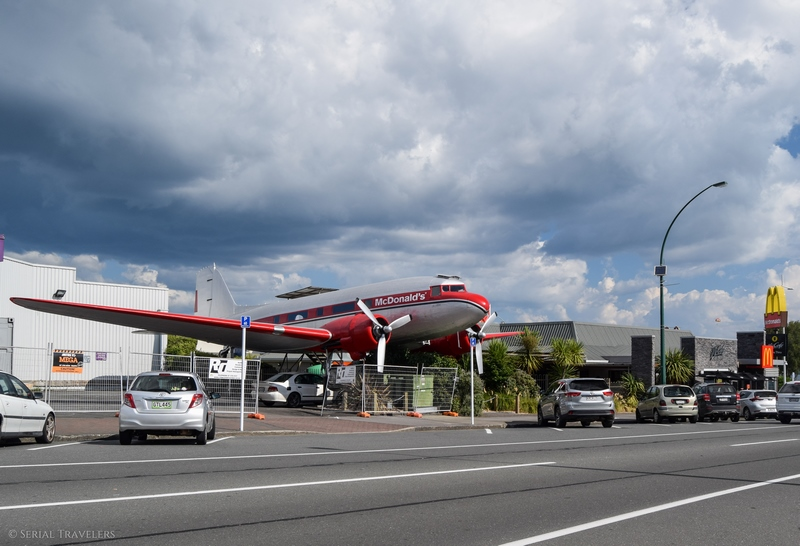 serial-travelers-nouvelle-zelande-roadtrip-taupo-mcdonalds-avion-plane