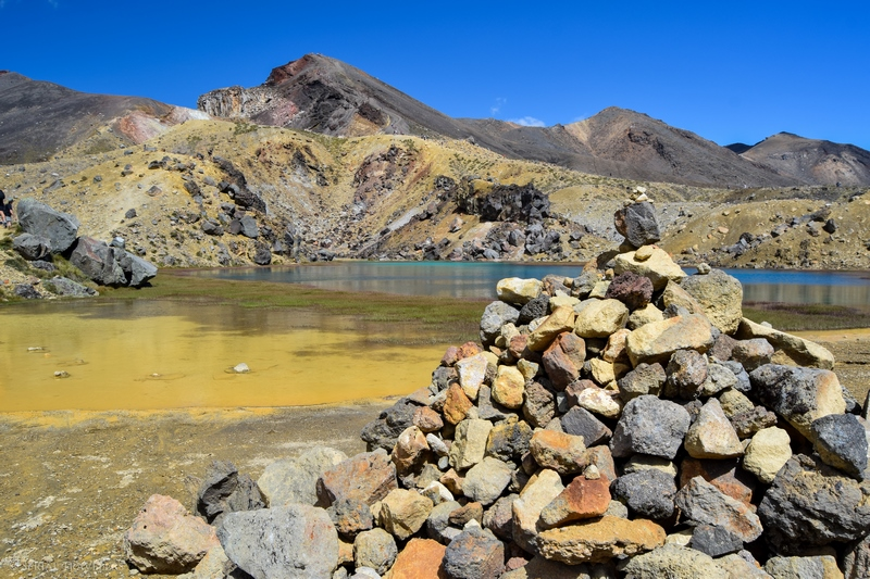 serial-travelers-tongariro-alpine-crossing-light-blue-lake7