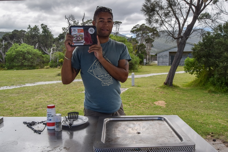 serial-travelers-australie-wilsons-promontory-national-park-tidal-river-parking-kangourou-bbq2
