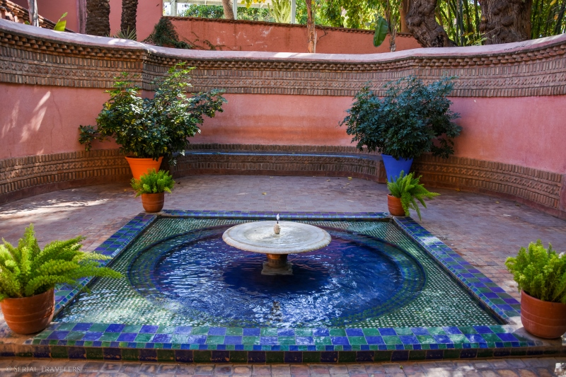 serial-travelers-marrakech-jardin-majorelle-kiosque-a-eau1