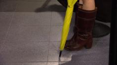 Guitarra, paraguas amarillo...