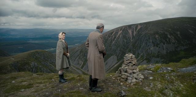 Elizabeth II e o primeiro-ministro se reúnem em um cenário incomum.  The Crown --- Gloriana.