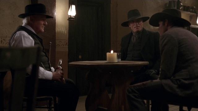 Dr. Ford (Anthony Hopkins) e Homem de Preto (Ed Harris) no 5ª episódio de Westworld