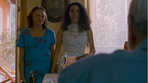 Em cena: as atrizes Marcélia Cartaxo como Mazé e Larissa Leão como Joaninha protagonizam uma das melhores cenas da série.