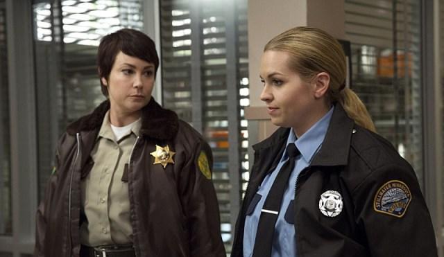 Xerife Jody Mills (Kim Rhodes) e Hanscum (Briana Buckmaster) em Wayward Sisters