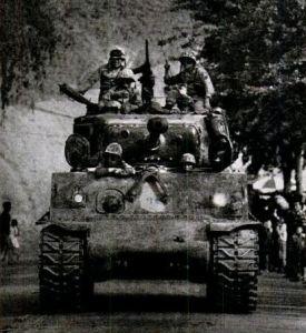 서울시내를 내려다 보며 남산가도를 질주하는 혁명군의 Sherman tank