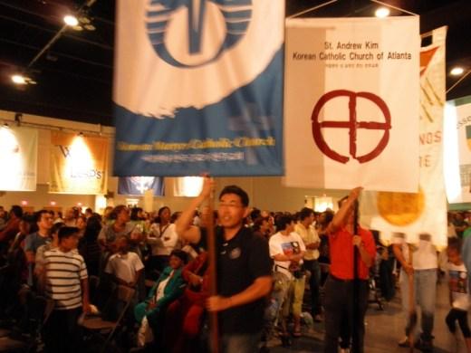 입장하는 한인성당 Banner들