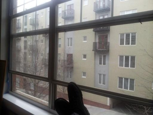 Blind가 아직 없는 창문으로 보이는 mid-town view