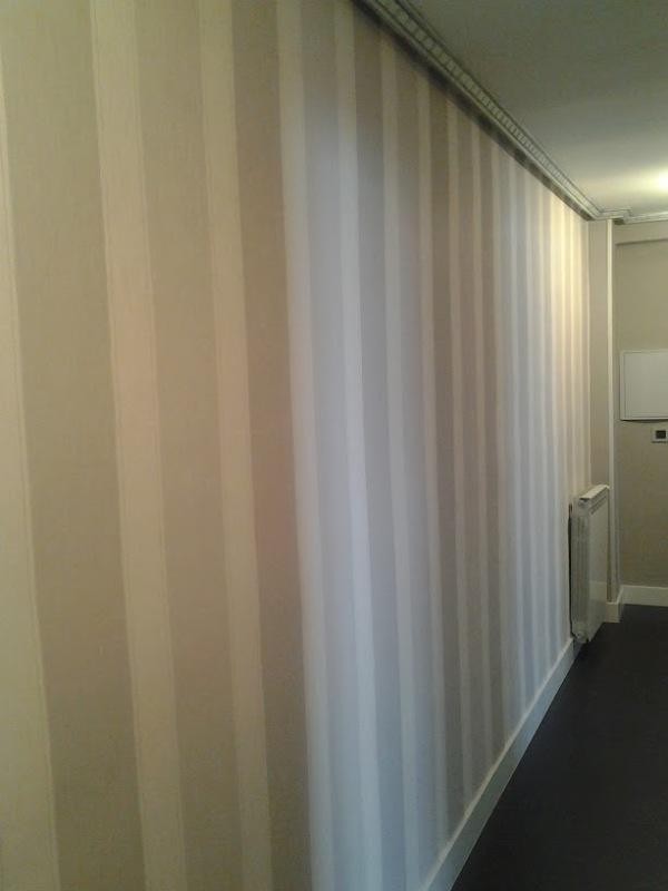 Papel a rayas en grises para pasillo  Reformas y