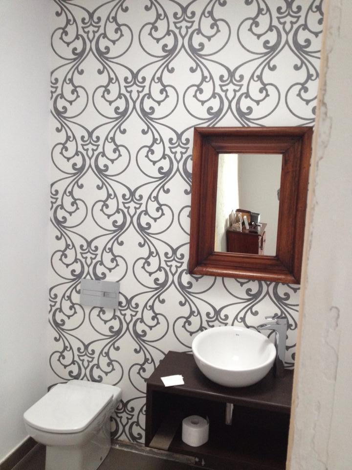 Reforma ba o peque o pared con papel pintado vin lico - Papel pintado para bano ...